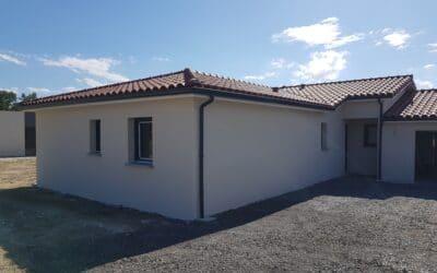 Maitrise d'œuvre construction d'une maison de plain-pied en L avec garage double – Chalain d'Uzore